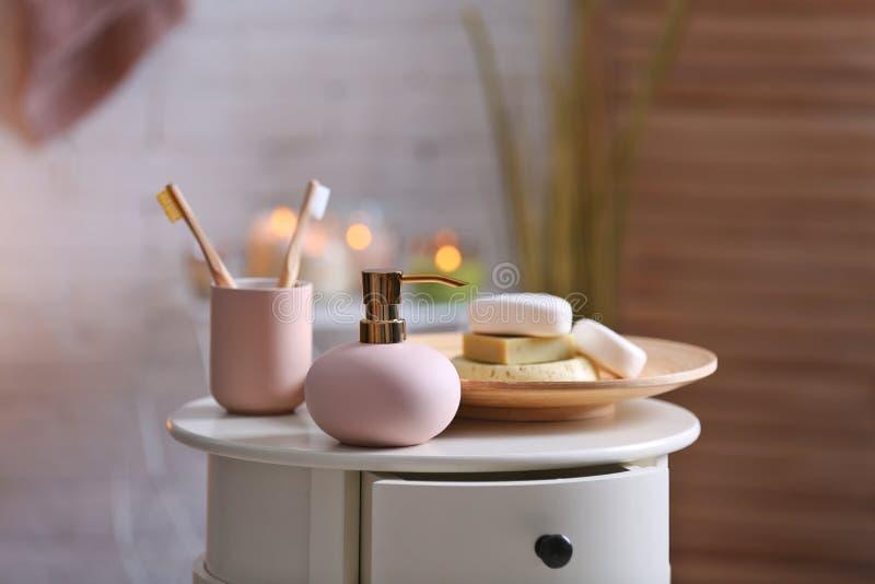 Savon et shampooing aromatiques sur la table sur le fond brouillé L'espace pour le texte photos libres de droits