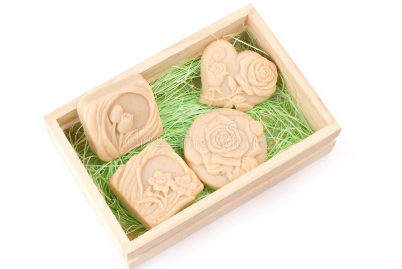 Savon fabriqué à la main dans le cadre en bois comme cadeau images libres de droits