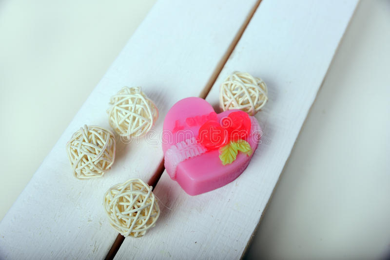 Savon fabriqué à la main Fleurs roses en forme de coeur photos stock