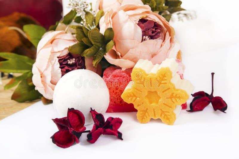 Savon, fleurs et bombe de bain photographie stock