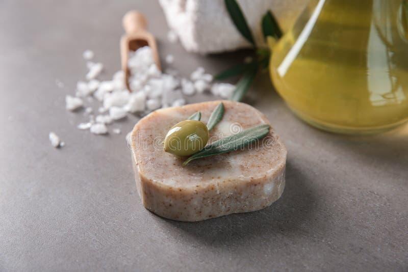 Savon naturel avec l'extrait olive image libre de droits