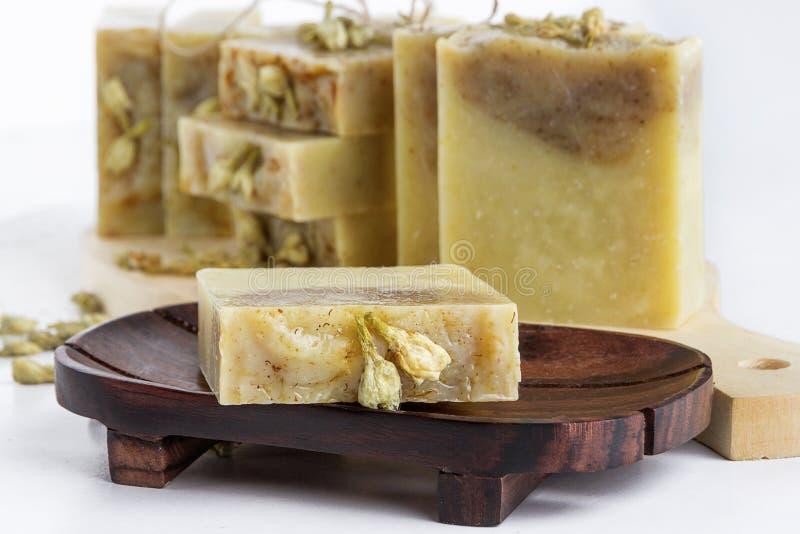 Savon naturel fait main avec arôme de jasmin en forme de gâteau photographie stock libre de droits