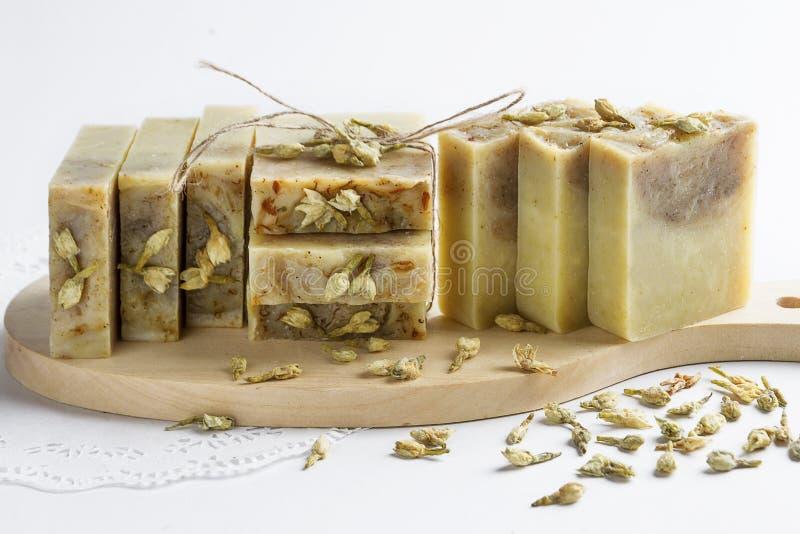 Savon naturel fait main avec arôme de jasmin en forme de gâteau photos libres de droits