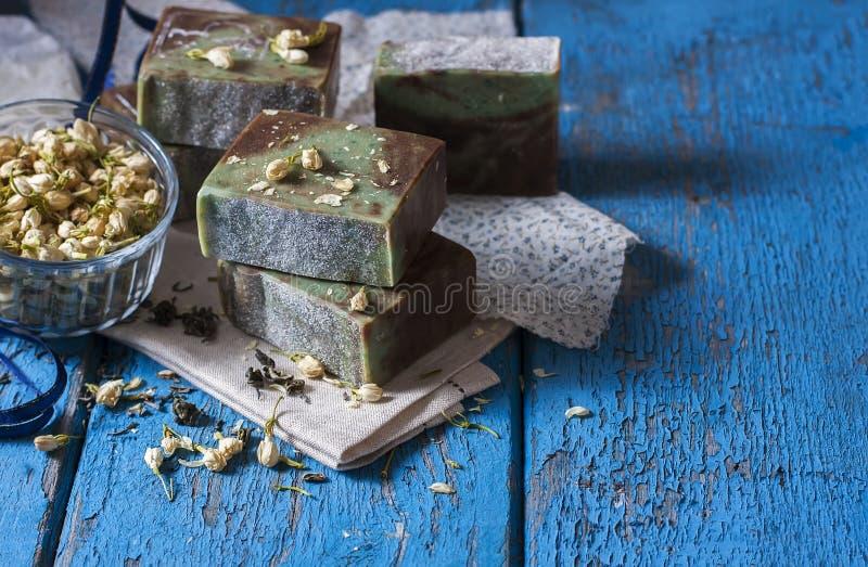Savon naturel fait main avec l'huile essentielle d'un jasmin et d'un vert photos stock