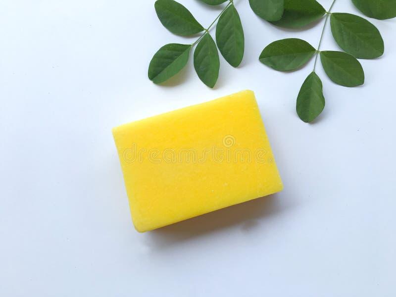 Savon naturel jaune d'huile images libres de droits