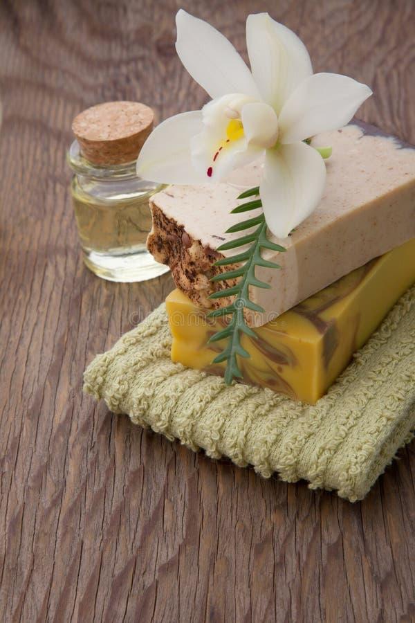 Savon organique fait main et orchidées photographie stock