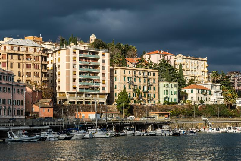 Savona άποψη προκυμαιών πόλεων πριν από τη θύελλα, Ιταλία στοκ εικόνα με δικαίωμα ελεύθερης χρήσης