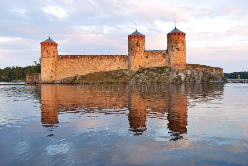 Savonlinna. Fortaleza Olavinlinna en la puesta del sol imagen de archivo