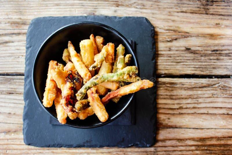 Savoureux fraîchement a à la maison fait à tempura frit le mélange végétal dans un plat noir image stock
