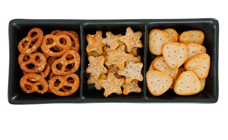 Savoury mellanmål för Aperitif, kexar i mörk maträtt royaltyfri fotografi