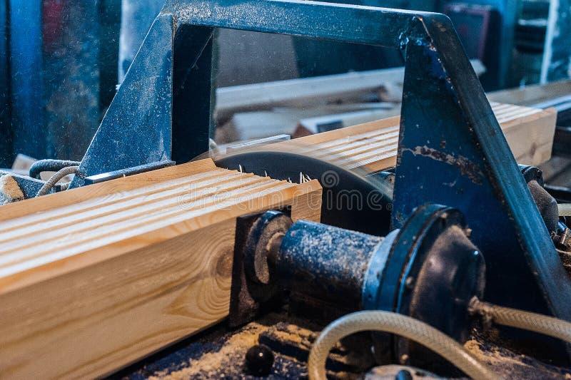 saw för bladcircularclose som skjutas upp Snickare Using Circular Saw för trä royaltyfria foton