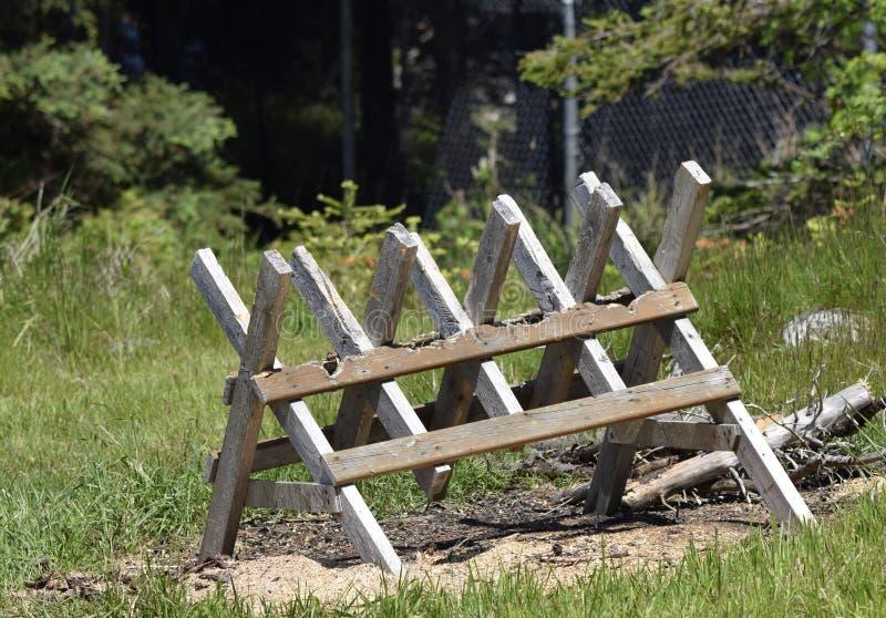 Sawhorse de madeira no quintal imagem de stock royalty free