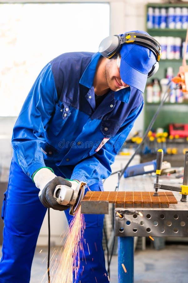 Download Sawing мастера с дисковым шлифовальным станком Стоковое Фото - изображение насчитывающей metalwork, сталь: 40585826