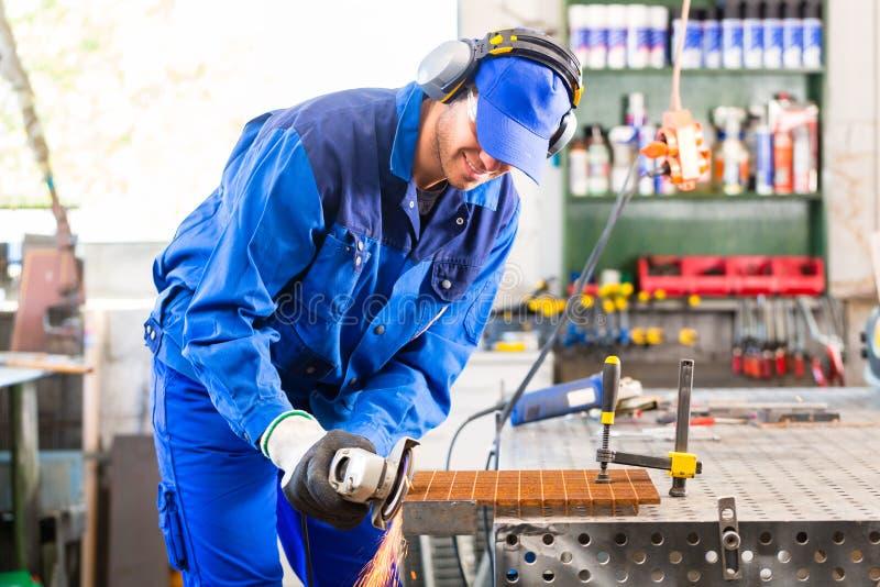 Sawing мастера с дисковым шлифовальным станком стоковая фотография rf