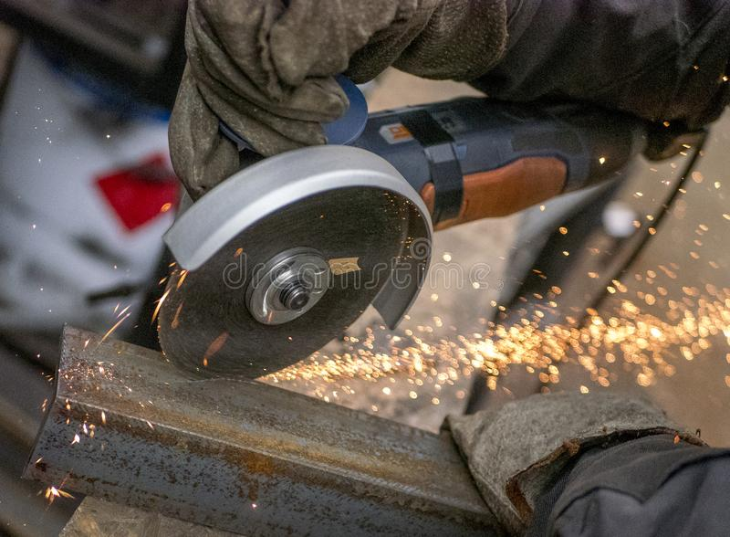 Sawing металла стоковая фотография rf
