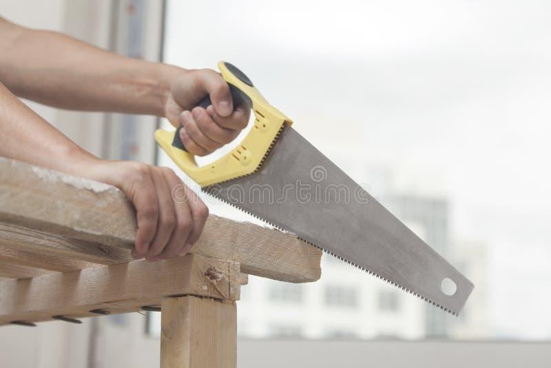 Sawing della pietra per affilare di legno fotografia stock libera da diritti
