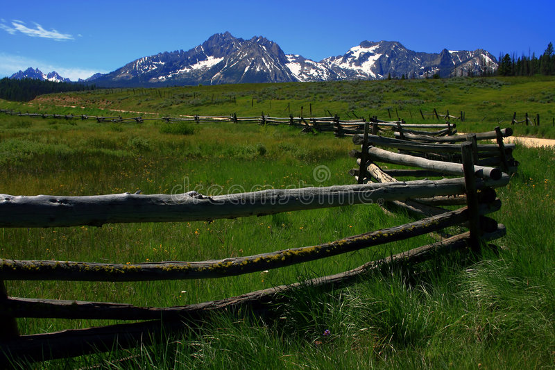 sawtooth fenceline стоковая фотография