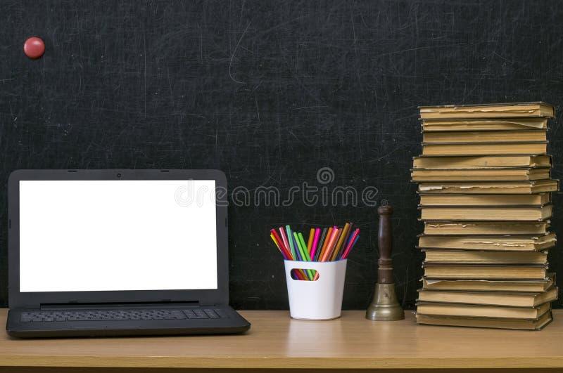 sax och blyertspennor på bakgrunden av kraft papper tillbaka begreppsskola till Bärbar dator med den tomma skärmen på tabellen royaltyfria bilder