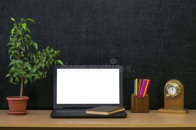 sax och blyertspennor på bakgrunden av kraft papper tillbaka begreppsskola till Bärbar dator med den tomma skärmen på tabellen arkivbild
