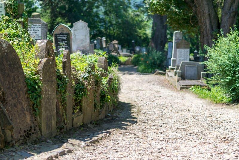 Saxisk kyrkogård som lokaliseras bredvid kyrkan på kullen i Sighisoara, Rumänien royaltyfria bilder