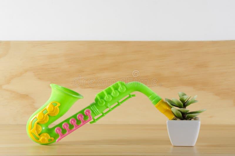 Saxofón de la planta y del juguete fotos de archivo libres de regalías