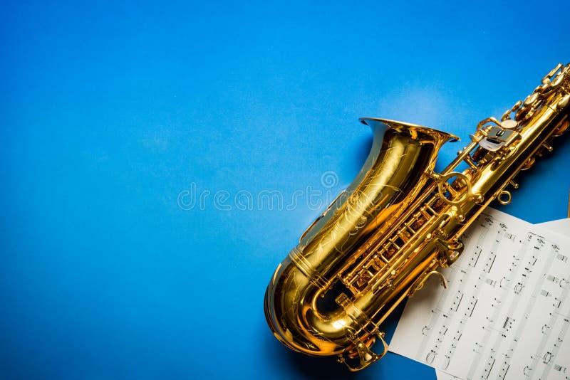 Saxofón De Oro Con La Hoja De Música Foto de archivo - Imagen de ...