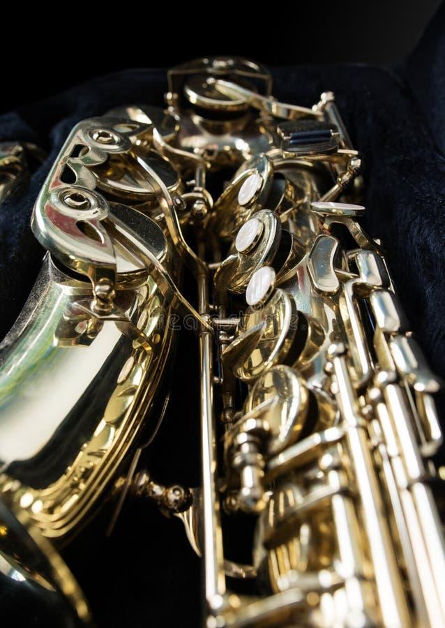 Saxofón de oro en su caso fotografía de archivo