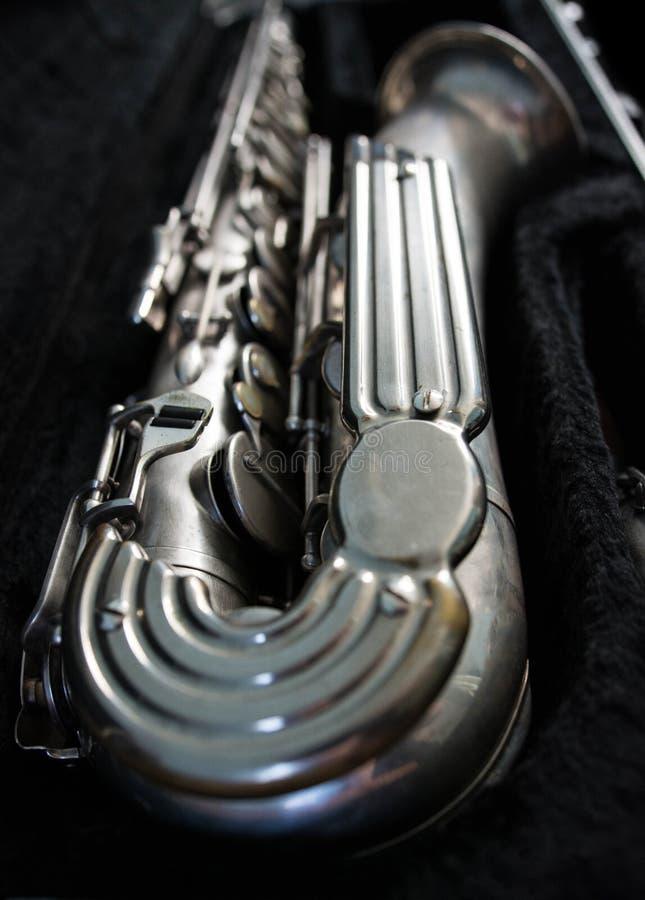 Saxofón de plata en su caso imagen de archivo