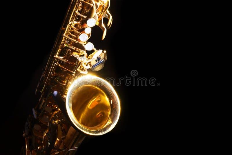 Saxofón del alto en la oscuridad imagenes de archivo