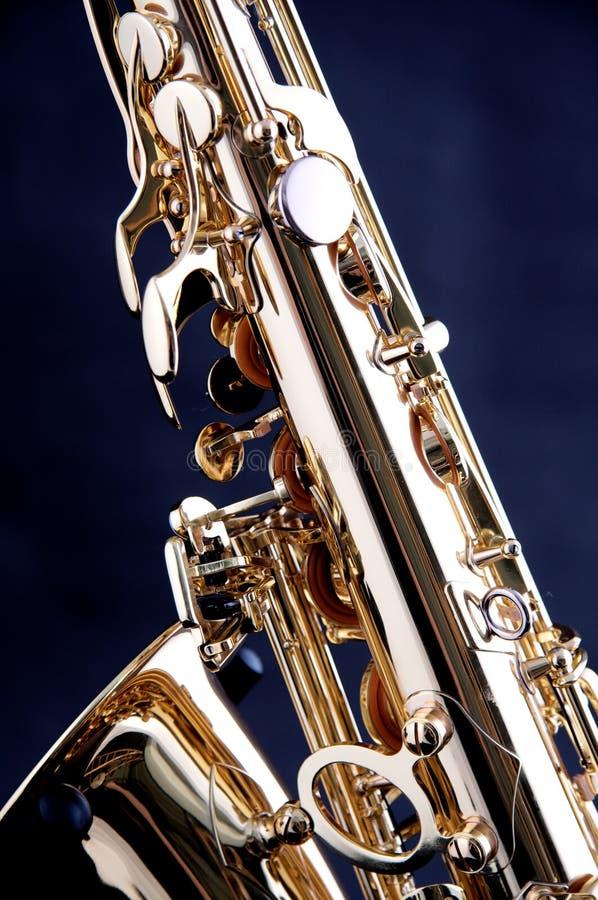 Saxofón del oro aislado en Bk negro fotos de archivo libres de regalías