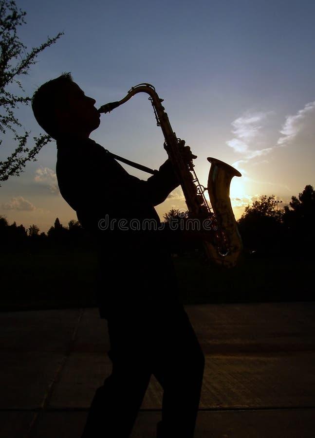 Saxofón en la puesta del sol imagen de archivo libre de regalías