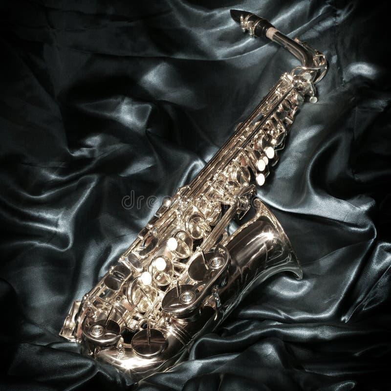 Saxofón sobre el terciopelo imagen de archivo libre de regalías