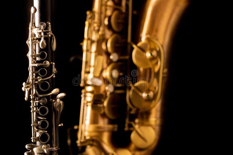 Saxofón y clarinet clásicos del tenor del saxofón de la música en negro fotos de archivo libres de regalías