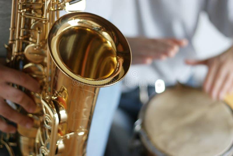 Saxofón y tambores foto de archivo