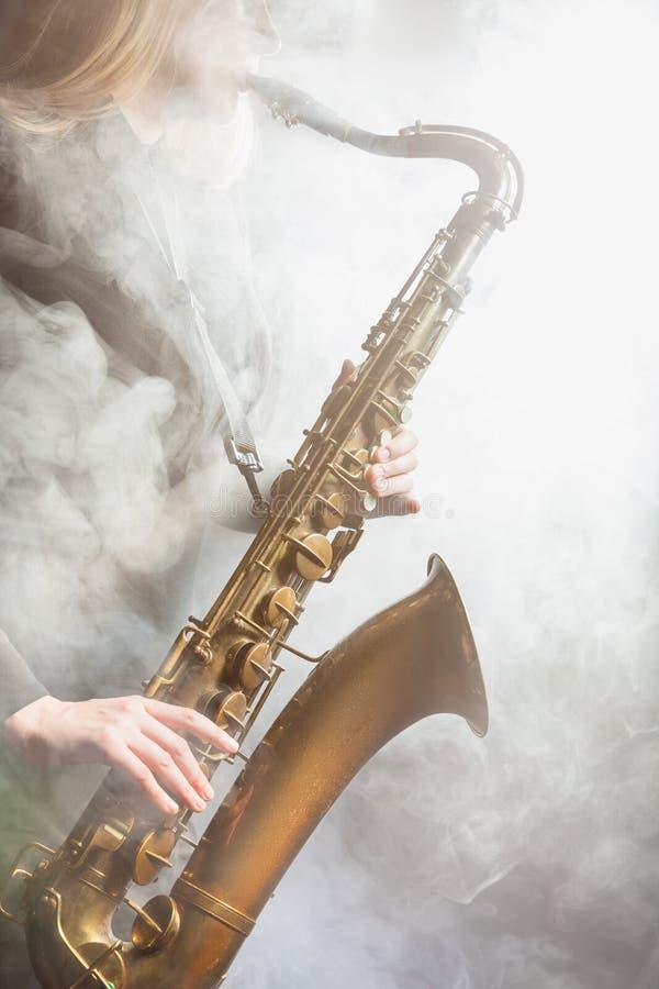 Saxofon i dimman royaltyfri bild