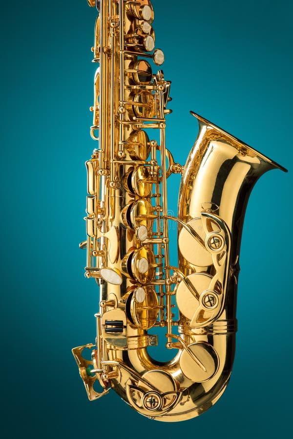 Saxofon - klassiskt instrument för guld- alt- saxofon arkivbild