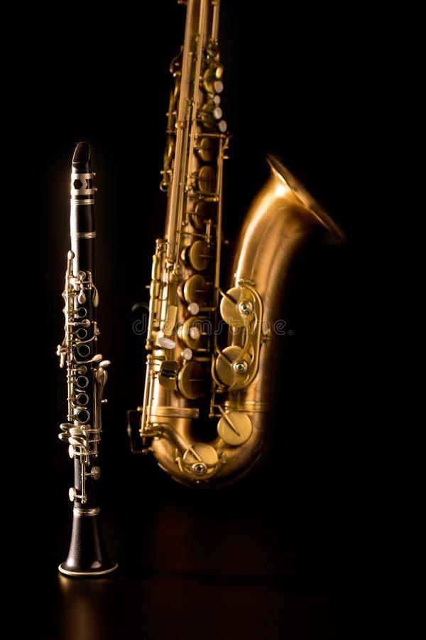Saxofon och klarinett för tenor för klassikermusikSax i svart royaltyfri bild
