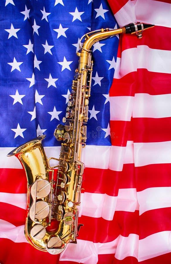 saxofon och USA flagga royaltyfria foton
