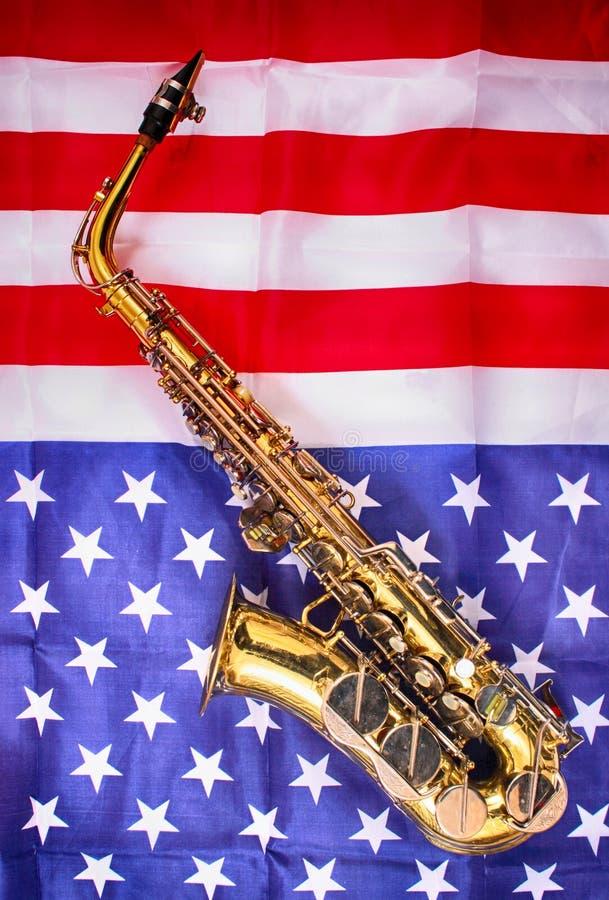 saxofon och USA flagga arkivfoto