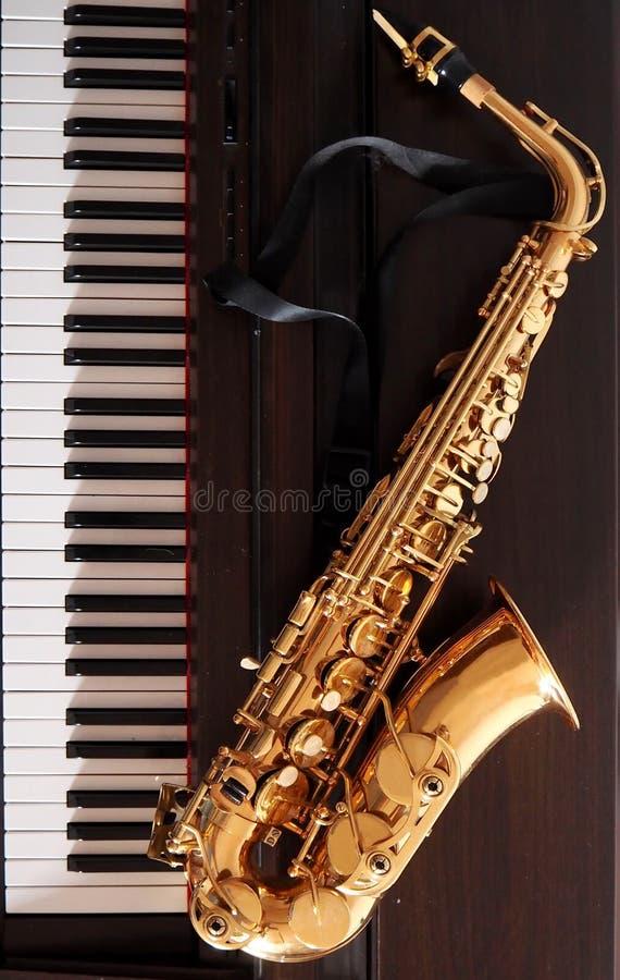 Saxofon på ett digitalt piano arkivfoto