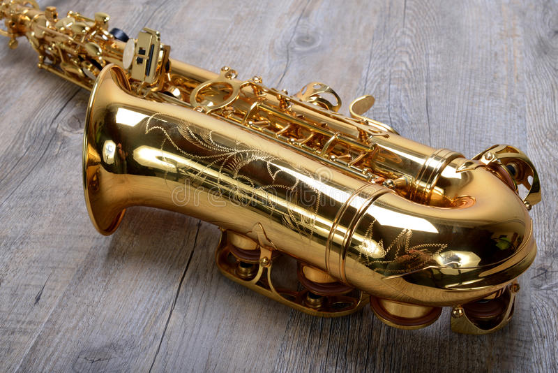 Saxofon på trä fotografering för bildbyråer