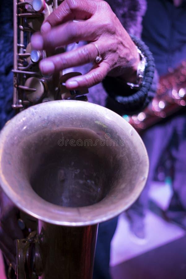 Saxofon som spelar deppighetmusik royaltyfria foton