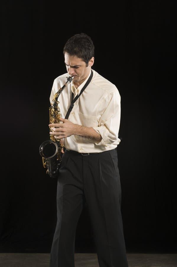 Saxofone de sopro do homem foto de stock royalty free