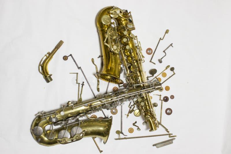 Saxofone desmontado com detalhes e almofadas fotos de stock