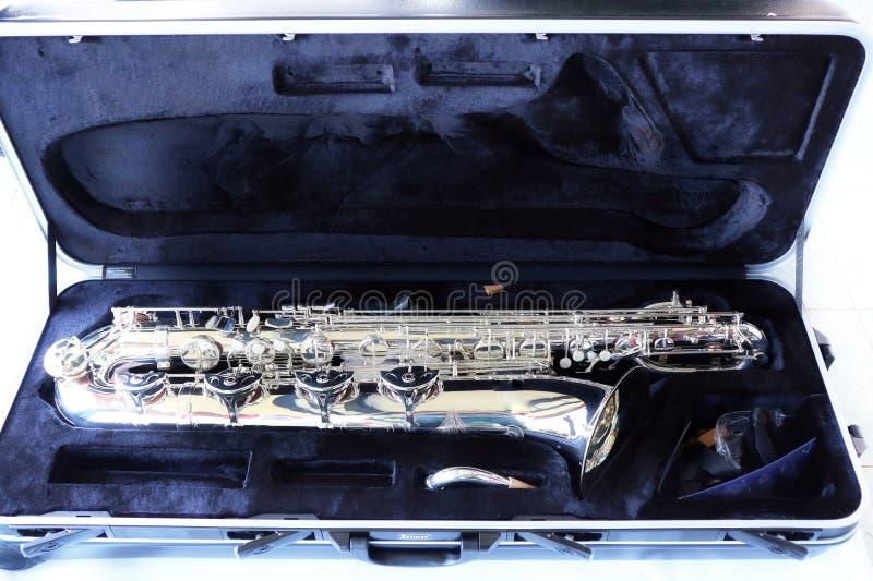 Saxofone do barítono do Eb do instrumento musical de opinião superior da imagem do close-up fundo branco isolado do objeto da cai foto de stock