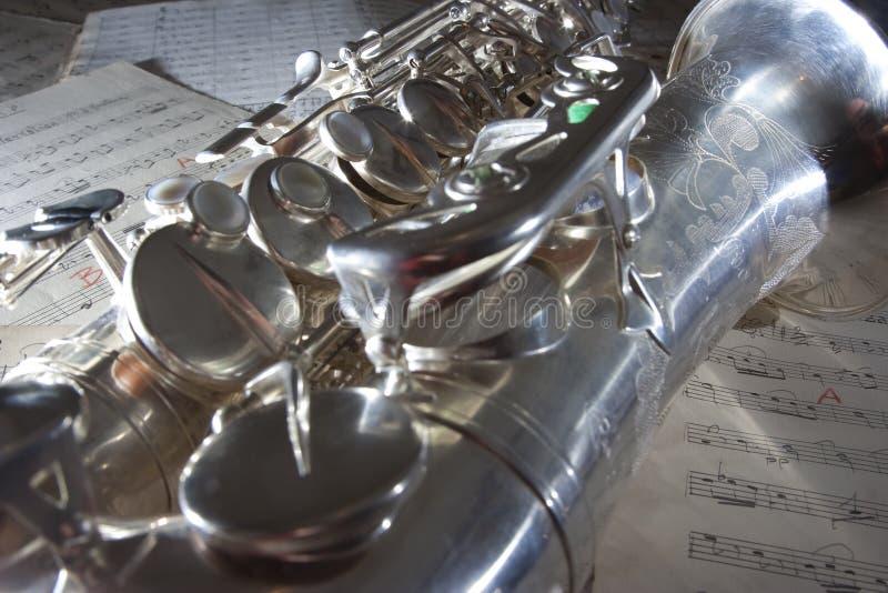 Saxofone e música de folha velha fotografia de stock royalty free