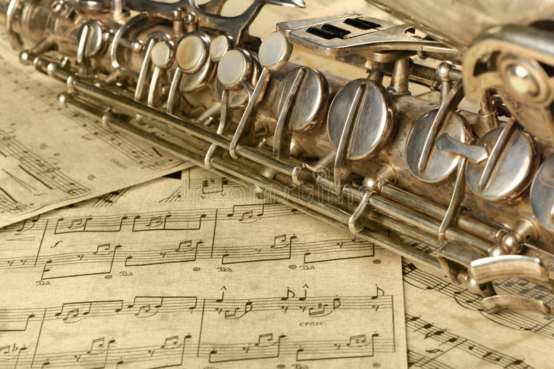 Saxofone e notas velhos imagens de stock