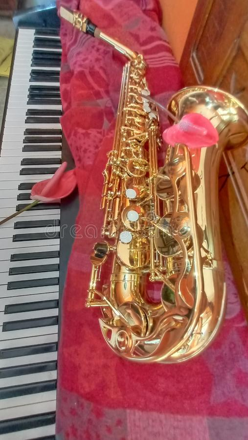 Saxofone no piano imagens de stock royalty free