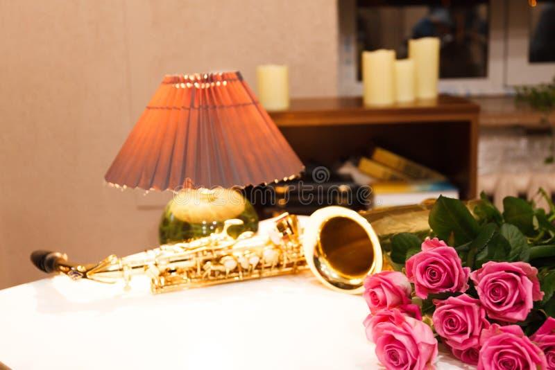 Saxofonen med rosor stänger sig upp arkivbilder