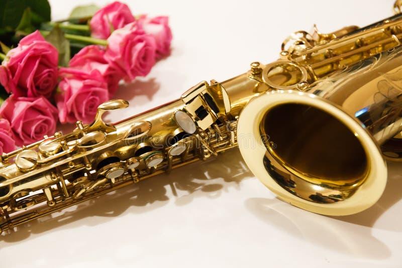 Saxofonen med rosor stänger sig upp fotografering för bildbyråer